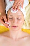 美容师洗涤的表面妇女年轻人 库存图片