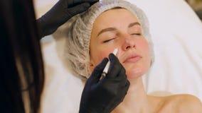 美容师画一支白色铅笔的等高在患者的面孔的 影视素材