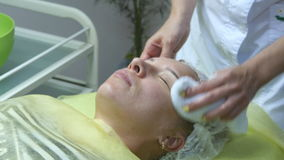 美容师的手皮肤为做法做准备或在做法以后清洗 美容师手抚摸 影视素材