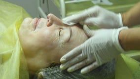 美容师的手皮肤为做法做准备或在做法以后清洗 老妇人谎言和得到 股票视频