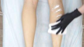 美容师适用于粉末被对待的女性腿,在去壳以后 股票录像