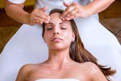 美容师面孔清洁 免版税库存图片