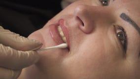 美容师,永久构成的专家在嘴唇永久构成做法前应用地方麻醉剂 股票录像