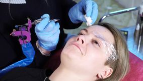 美容师,永久构成的专家在眼眉永久构成做法前应用地方麻醉剂 影视素材