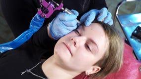 美容师,永久构成的专家在眼眉永久构成做法前应用地方麻醉剂 股票录像