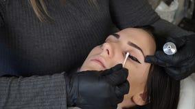 美容师,永久构成的专家在眼睛永久构成做法前应用地方麻醉剂 股票录像