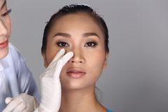 美容师Check Diagnose Face医生在p前的结构患者 库存图片