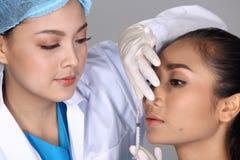 美容师Check Diagnose Face医生在p前的结构患者 免版税库存图片