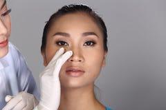 美容师Check Diagnose Face医生在p前的结构患者 库存照片