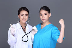 美容师Check Diagnose Face医生在p前的结构患者 免版税库存照片