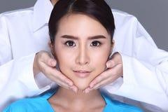 美容师Check Diagnose Face医生在p前的结构患者 图库摄影