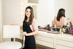 美容院的俏丽的化妆师 免版税库存照片