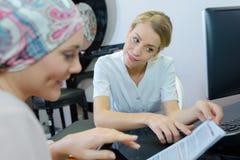 美容院的女性客户与美容师 免版税库存照片