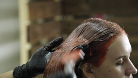 美容院的妇女得到头发染色 女性客户的桃红色颜色 股票录像