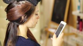 美容院的少妇,做发型的美发师对美好的模型 顾客谈话在电话 股票视频