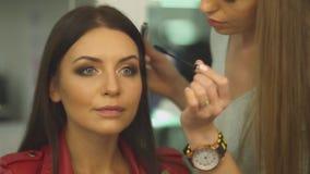 美容院的美丽的女孩 股票录像