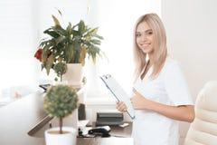 美容院的雇员在现代美容院的招待会摆在 免版税库存照片