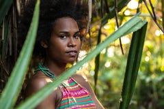 美拉尼西亚和平的岛民运动员女孩在密林 库存图片