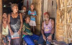 美拉尼西亚家庭的画象 Owaraha,所罗门群岛 免版税库存照片