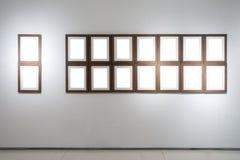 美术画廊博物馆空白框架陈列白色裁减路线是 免版税库存照片