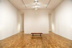 美术馆,空白的画廊墙壁,背景 免版税库存照片