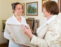 美术画廊的两名妇女 免版税库存图片