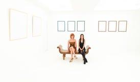 美术画廊的愉快的妇女 免版税库存照片
