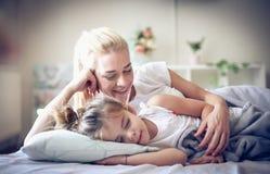 美梦是,当拥抱您的妈妈 免版税图库摄影