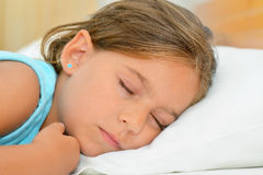 美梦,可爱小孩女孩睡觉 免版税库存照片