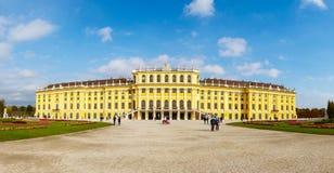 美泉宫全景在维也纳 免版税库存图片