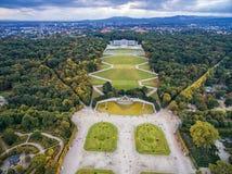 美泉宫和庭院在有公园和花装饰的维也纳 观光的对象在维也纳,奥地利 免版税图库摄影