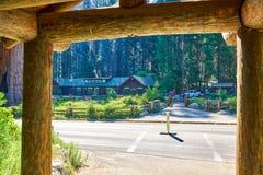 美洲杉国家公园博物馆访客中心和从木结构下面被观看的公共汽车站 免版税图库摄影