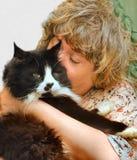 美洲野猫冷静拥抱的母亲 库存照片