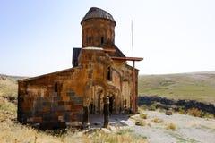 美洲黑杜鹃,土耳其废墟的老教会  免版税库存图片