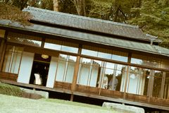 美济礁津沽与茶cermony里面和传统日本妇女的` s Kakuuntei茶馆 库存照片