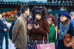 美济礁jingu寺庙的Cosplay女孩在东京 库存图片