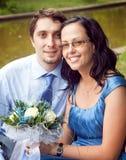美满的夫妇愉快的室外纵向 免版税库存图片