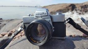 美能达与50mm f1的SRT 102 在俯视苏必利尔湖的岩石的7 Rokkor透镜 免版税图库摄影