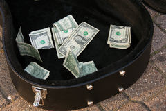 美金在吉他案件的技巧金钱 库存图片