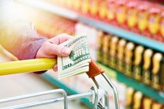美金在手中在商店 免版税图库摄影