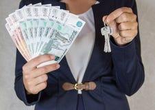 美钞保证金发薪日成功 关键字在手中 免版税图库摄影
