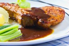 美食烤了用卤汁泡的猪排牛排 免版税库存图片