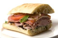 美食的意大利prosciutto蒜味咸腊肠三明治 图库摄影