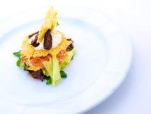 美食的牌照沙拉白色 免版税库存图片