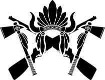 美洲印第安人头饰、枪和印第安战斧 库存照片