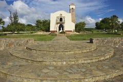 美洲的第一个教会的复制品的外部在普拉塔港,多米尼加共和国 库存图片