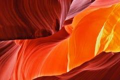 羚羊峡谷午间橙红 免版税图库摄影