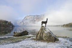 羚羊雕塑在Bohinj湖附近的在斯洛文尼亚阿尔卑斯 免版税库存照片