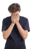 羞愧或担心的人覆盖物面孔用他的手 免版税图库摄影