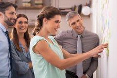 群策群力与便条纸在墙壁 免版税库存照片